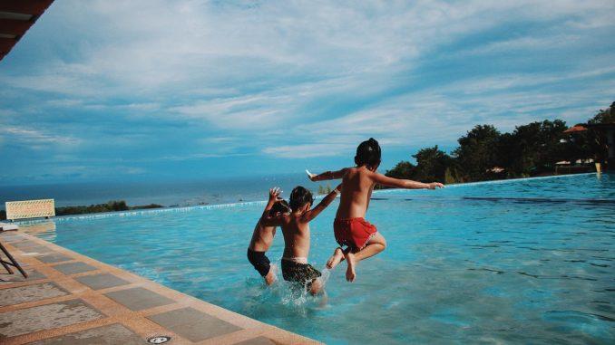 Barn som badar